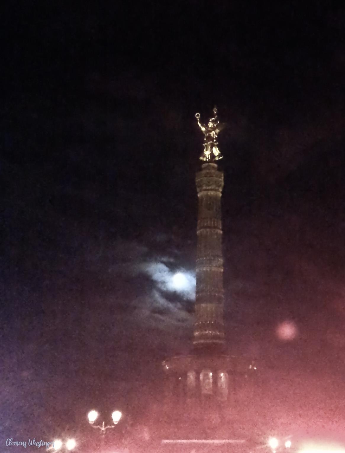 Siegessäule Berlin bei Nacht vor Vollmond